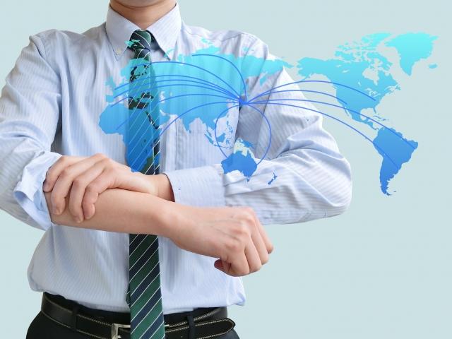 腕まくりをする男性と世界地図