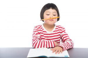 勉強に集中できない女の子