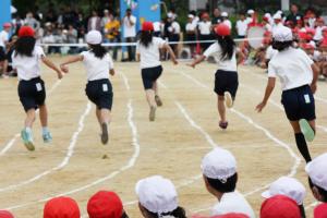 運動会で競争する子供